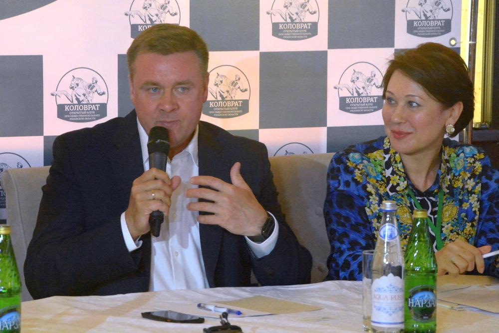 На фото: глава Рязанского региона Николай Любимов и член Общественной палаты РФ Альбина Дударева.
