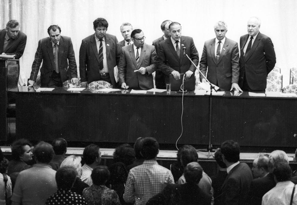 Гейдар Алиев и члены правительственной комиссии.