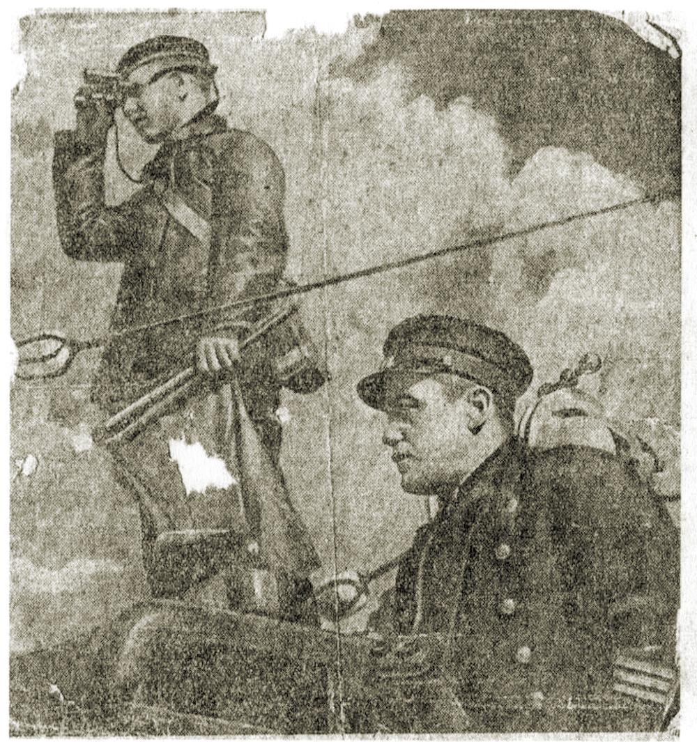 Измаил Зайдулин и сигнальщипк М. Смирнов на мостике подлодки Щ-123. 1936 год.