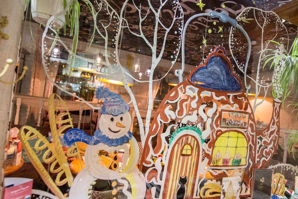 Снегурочка поздравит и уйдёт, а Снеговик останется.