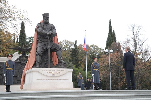 Президент России Владимир Путин на церемонии открытия памятника Александру III в 2017 году. Крым, парк Ливадийского дворца.