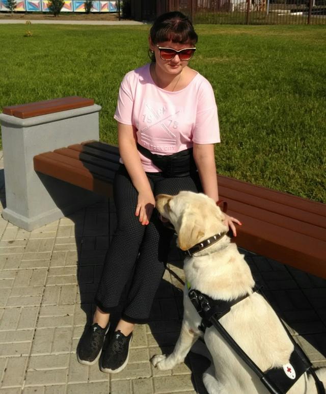 Девушка и собака часто проводят время вдвоем.