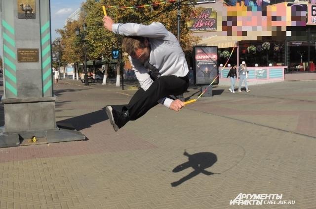 Во время прыжков Максим выписывает пируэты.