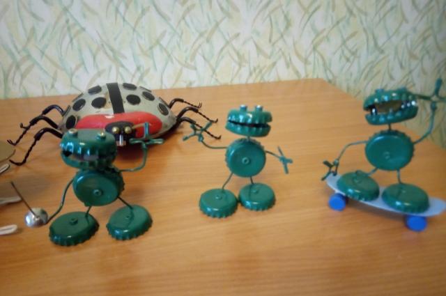 Зеленые человечки из бутылочных крышек.