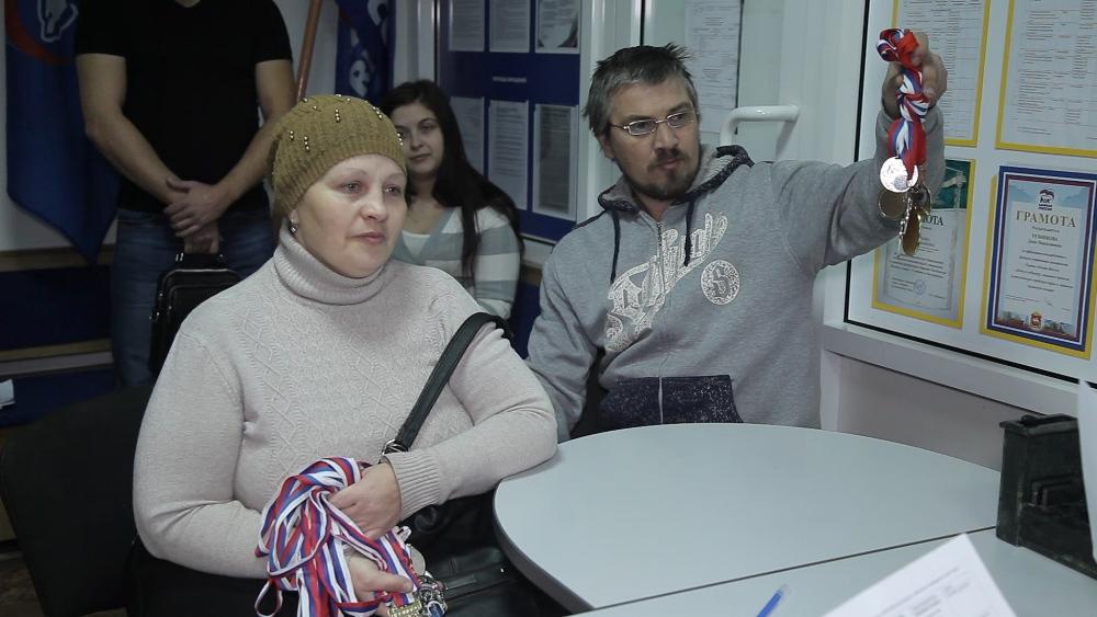 Родители юных черлидеров показывают медали и просят поддержать развитие спорта.