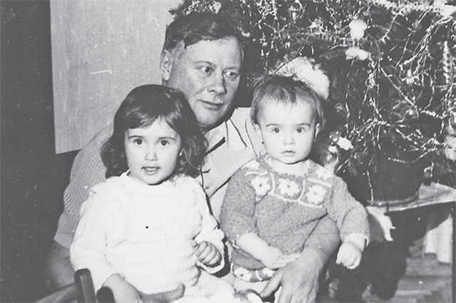 «Празднуем Новый год вКунцеве. Сестра Валюшка, дедушка Василий Архипович Гуськов, ия у него наколенях»,– комментирует фото Ольга.