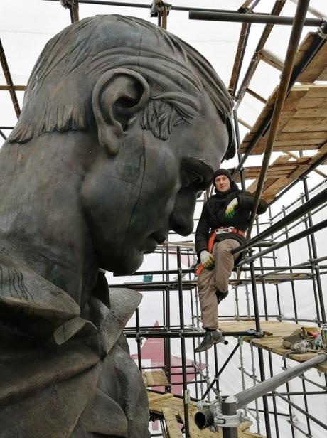 На фото рядом с головой солдата – скульптор Андрей Коробцов. Чувствуете масштаб? Высота Ржевского мемориала вместе с насыпным курганом составит 35 метров.