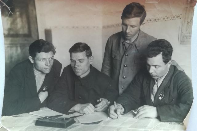Фрол Корнеев (справа) с коллегами до войны