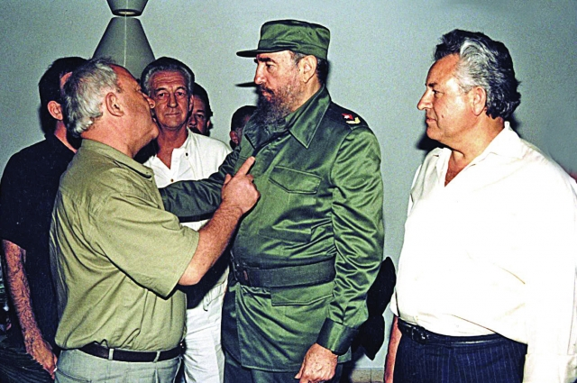 Фото, на котором Александр Тягунов грозит пальцем Фиделю Кастро, опубликовали и российские, и кубинские СМИ.
