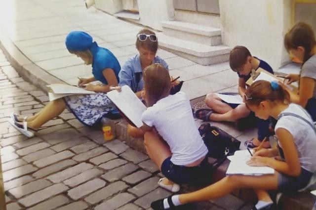 Юные художники на выездных пленэрах работают над эскизами