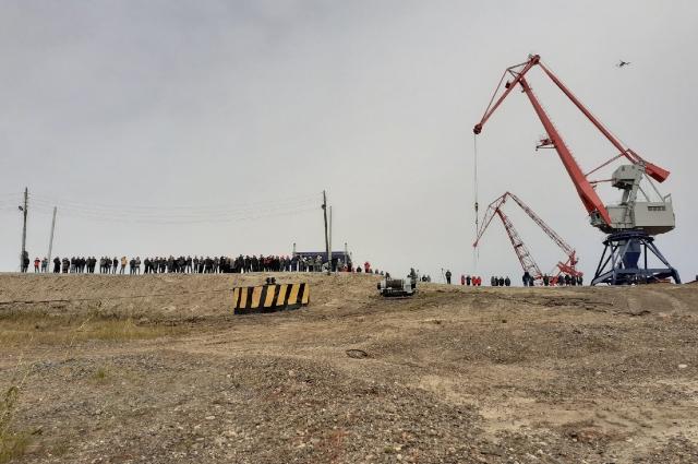 Сотрудники завода наблюдают за спуском на воду.