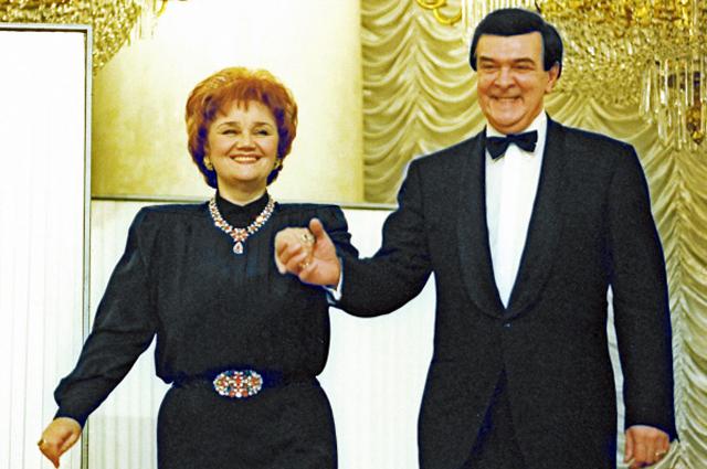 Cолистка ГАБТ России, народная артистка СССР Тамара Синявская и её супруг, народный артист СССР Муслим Магомаев во время выступления на концерте