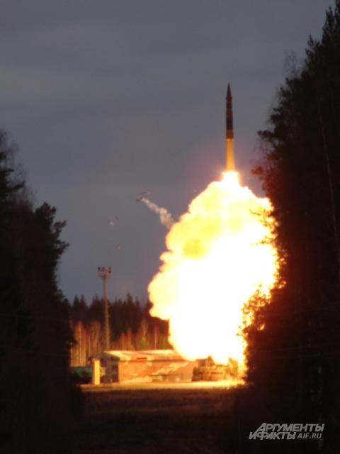 Мгновение и от ТПК отвалилась крышка. Вместе с ярчайшим огненным шаром ракета выстрелила в небо