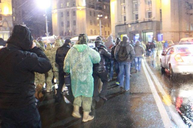 протестующие идут к офису Ахметова