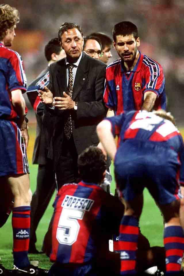 Йохан Кройф – главный тренер «Барселоны». Справа от голландца – Хосеп Гвардиола.