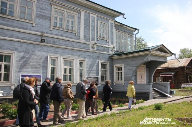 Туристов постоянно можно встретить в доме Волконских.
