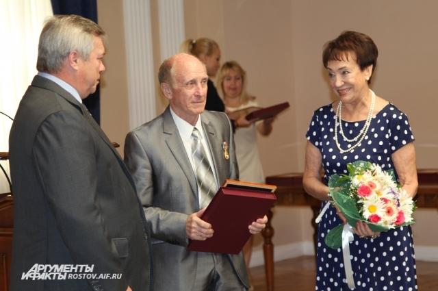 Василий Голубев наградил Пономаревых и еще 19 донских семей Знаком губернатора «Во благо семьи и общества»