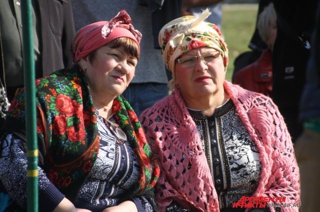 В усадьбе можно было увидеть разного возраста и в разных нардах жителей села и гостей праздника.