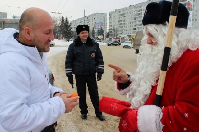 Всем автолюбителям Дед Мороз подарил по мандаринке.