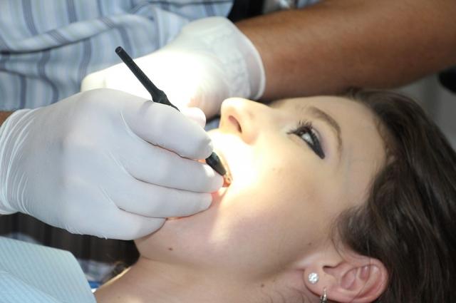Имплантация позволяет устанавливать протезы, не повреждая соседние зубы.