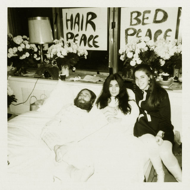 Знаменитая акция Йоко Оно и Джона Ленона В постели за мир . 1969 год