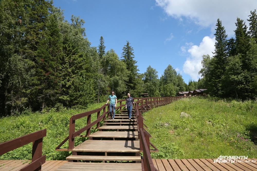 Первые метров 100 тропы к скале покрыты деревянным настилом.