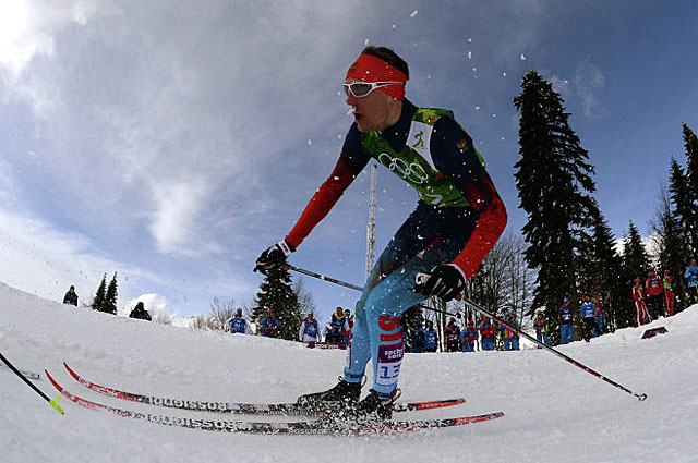 Никита Крюков на дистанции финального забега командного спринта в соревнованиях по лыжным гонкам на Олимпийских играх в Сочи