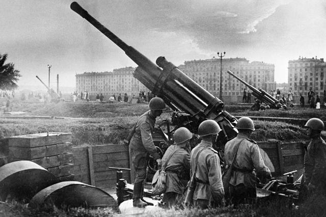 Солдаты, обороняющие Москву во время Великой Отечественной войны, готовят зенитные орудия в парке культуры имени М. Горького к отражению налёта немецких бомбардировщиков.