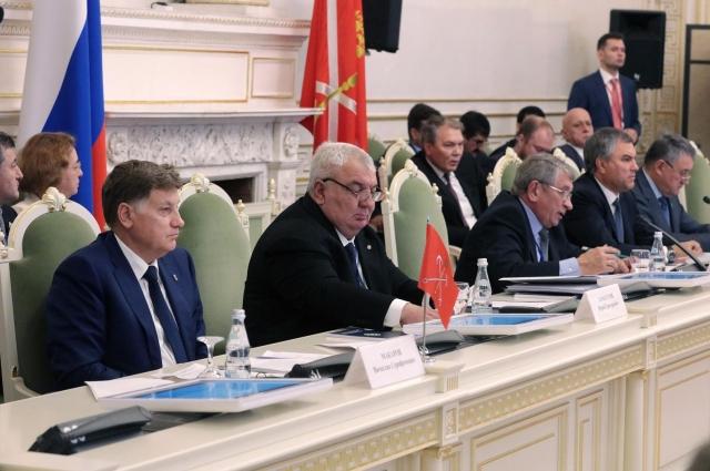 Участники заседания обсудили вопросы обороны и безопасности.