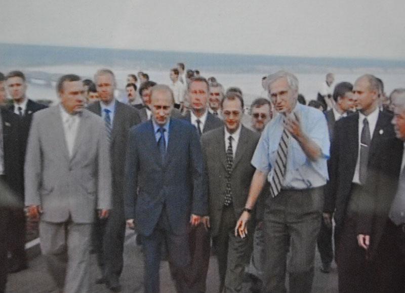 Владимир Путин во время визита в наш город не планировал заходить в Ленинский мемориал, но директор музея смог завернуть делегацию с намеченного пути и в течение 40 минут демонстрировал экспозицию.
