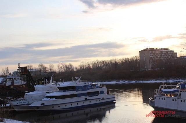 работа на реке, а еще лучше - на море - это ее мечта