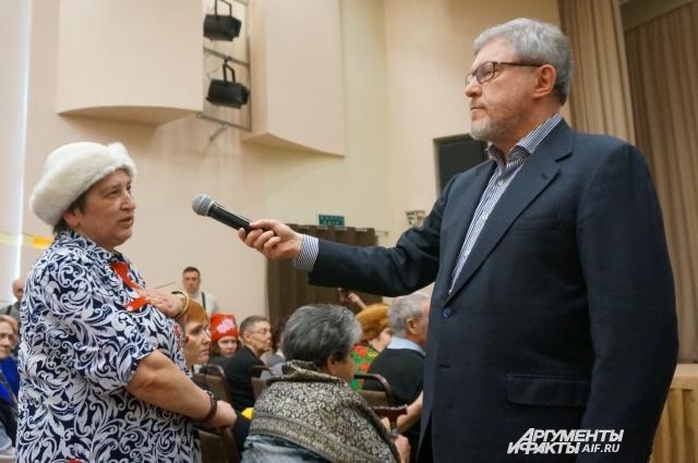 Григорий Явлинский ответил на вопросы жителей, которые пришли на встречу.