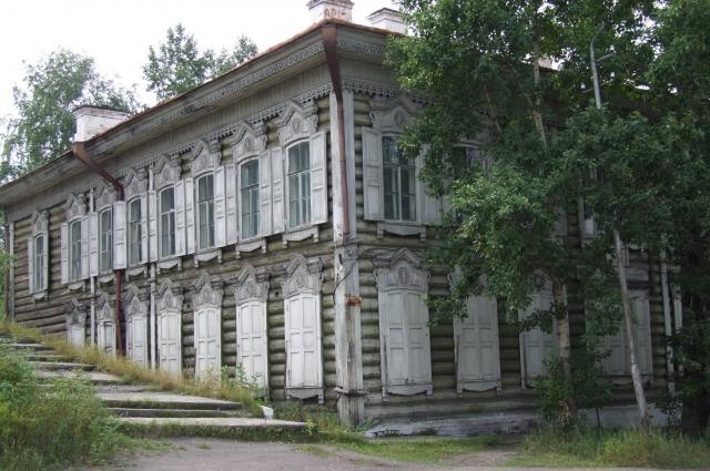 на набережной Лены - 8 исторических зданий.