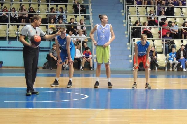 Турнир Школьной баскетбольной лиги - это борьба за престиж команды и школы.