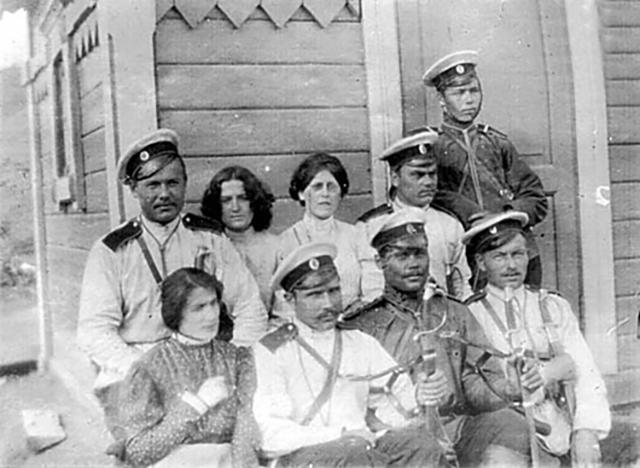 Мария Школьник, Ревекка Фиалка и Мария Спиридонова в Акатуйской тюрьме с конвоем, 1906 год.