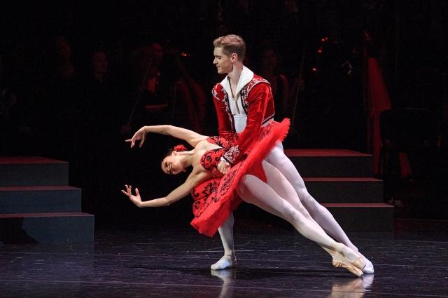 Юдашкин представил спектакль на сцене Александринского театра.