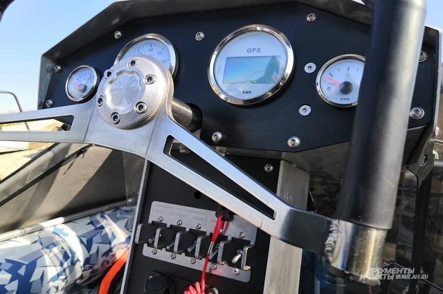 Приборная панель аэролодки очень напоминает аналогичную в самолете.