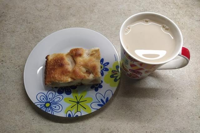 Шарлотка хороша с чаем с молоком.