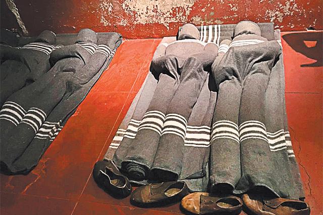 Заключённые спали на каменном полу.