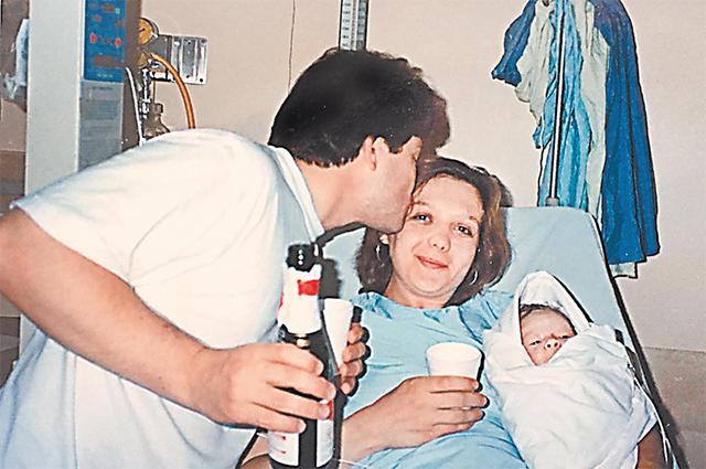 Трэйси Ли Энн Фоли (Елена Вавилова) и До- нальд Хитфилд (Андрей Безруков) с первенцем Тимом в роддоме.