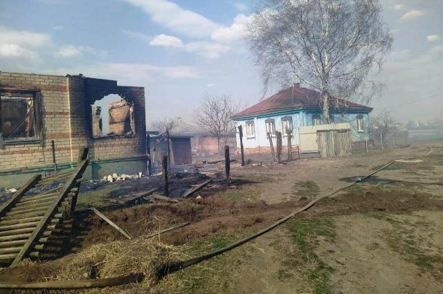 Огонь охватил восемь жилых домов и четыре заброшенных