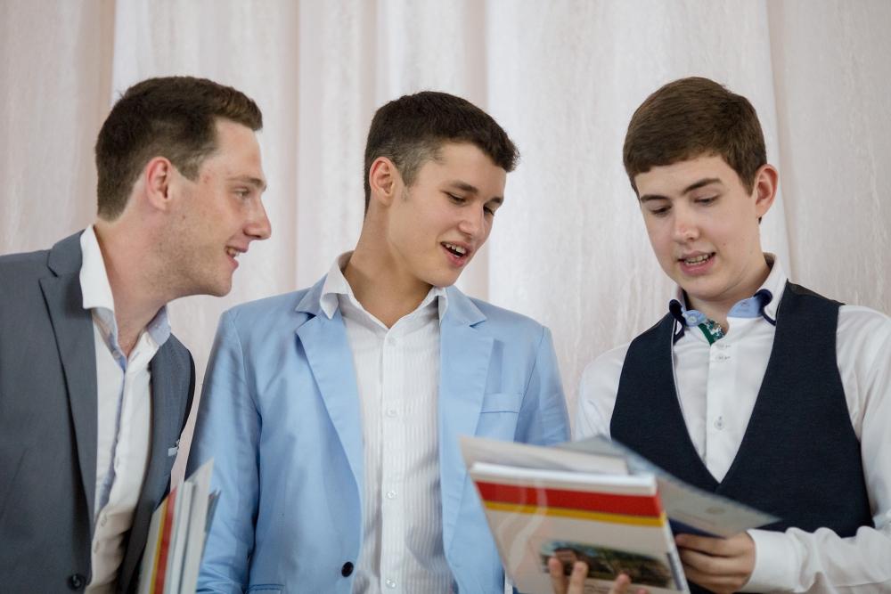 Жилет, цветная рубашка или пиджак - способов выделиться у выпускников много.