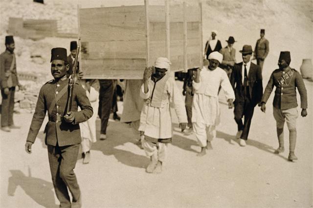 Вынос мумии Тутанхамона из гробницы. Двадцатые годы XX века