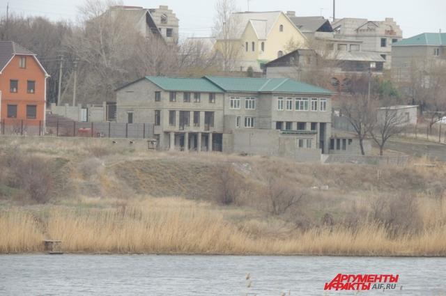 Дом с колоннами на берегу водоёма