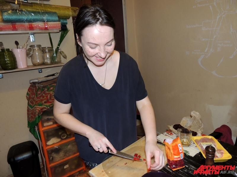 Повар готовит блюда из не сочетаемых, на первый взгляд, продуктов