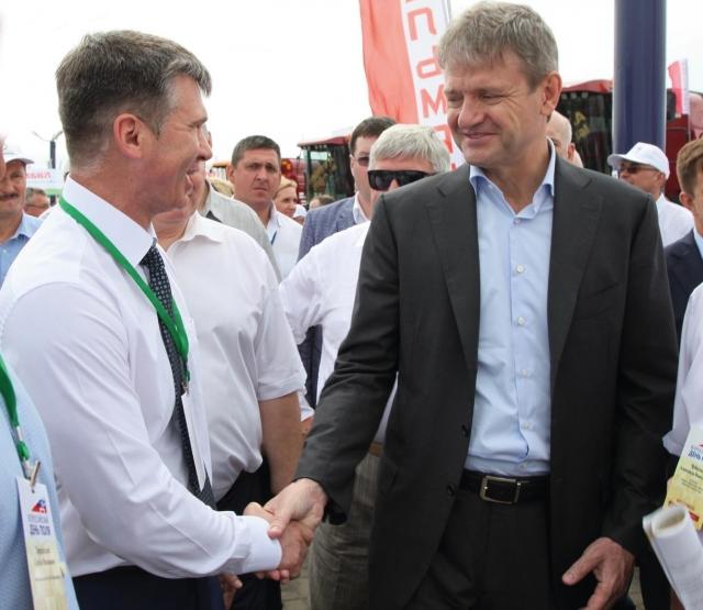 Валерий Сулеев приветствует министра сельского хозяйства Александра Ткачёва (справа).