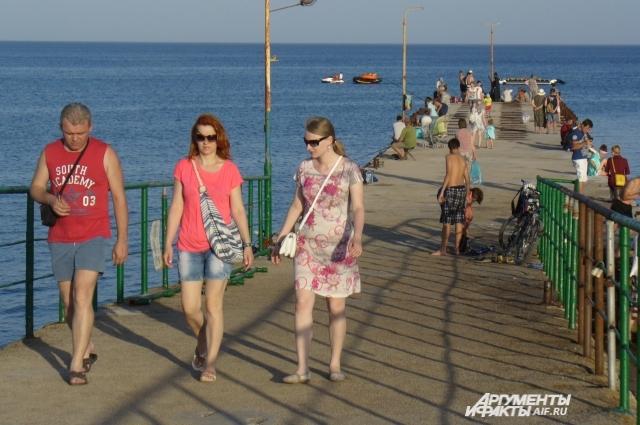 Отдохнуть летом на море стремятся многие россияне (Крым).