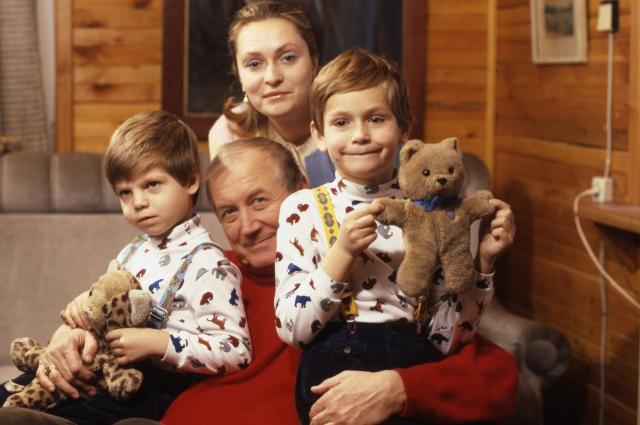 Евгений Евтушенко с семьей.