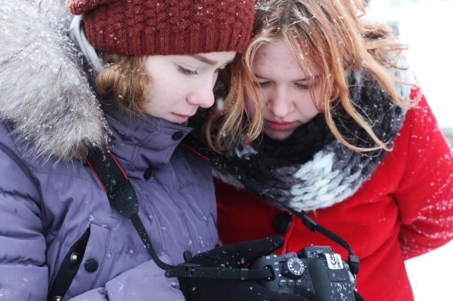Катя и Аня на съёмках.